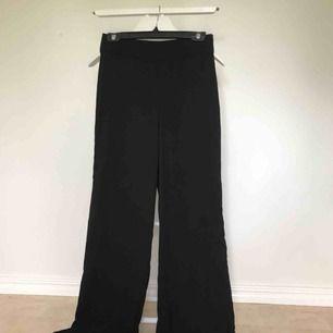 Svinsnygga svarta byxor högmidjade med dragkedja på sidan. Modellen heter Lykke ifrån Lindex. Använda max 3 gånger, tyvärr för små på mig. Har garderobrensning så kan erbjuda paketpriser!