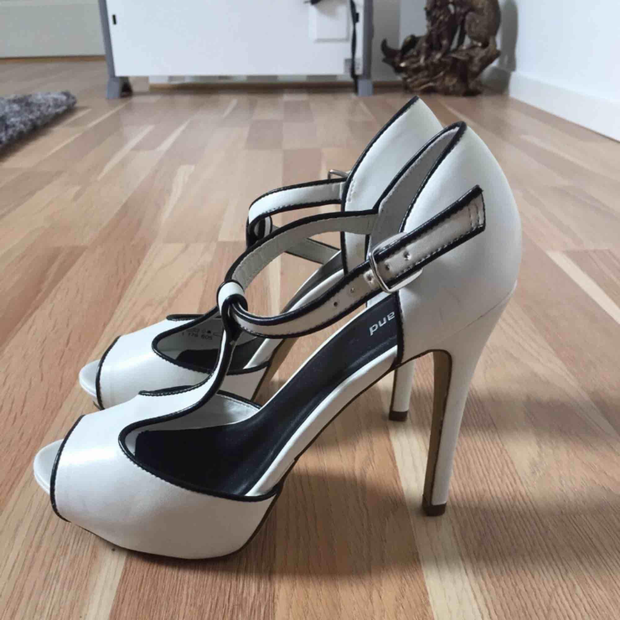 Size:37 Colour: white black. Skor.