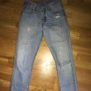 Blåa jeans från Levis med lite hål/slitningar fram. Väldigt bra skick, bara använda ett fåtal gånger. Storlek L30, W26.  Nypris ca 1000kr, mitt pris: 300