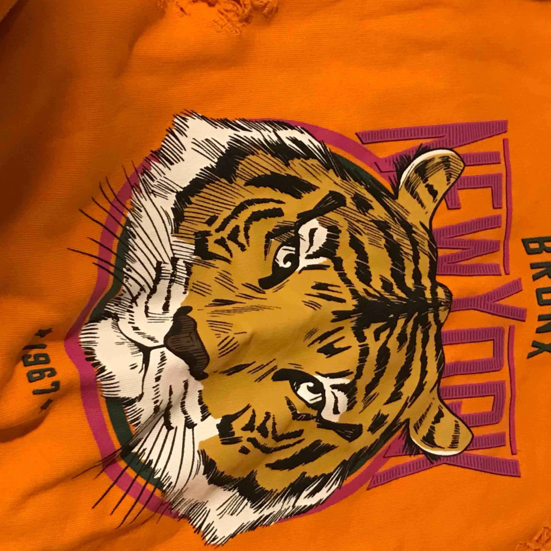 Bronx tröja, använd 2 gånger, felfritt skick. . Huvtröjor & Träningströjor.