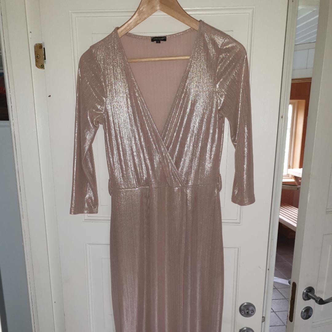Jättefin klänning som jag köpte men tyvärr vet jag inte när jag ska använda den och därför säljer jag den vidare då den förtjänar att bli använd och inte bara hänga som prydnad. Den är i jättebra skick! Som ny!. Övrigt.