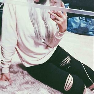 Svarta Topshop Moto Leigh jeans med slitningar. Har tyvärr inga bättre bilder då jag inte får på mig dem längre 😄 använda en gång!