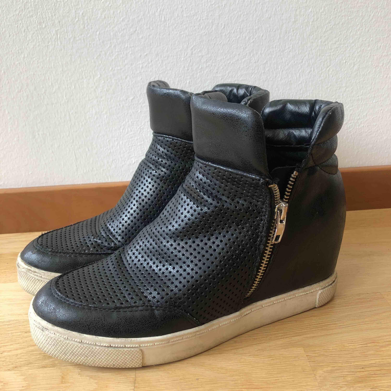 Sneakers med kilklack från steve madden strl.41! Priset är inkl. frakt. Skor.