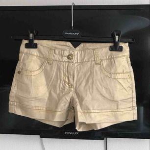 Guldfärgade shorts, köpta i Italien.