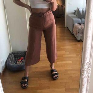 Superfina bruna byxor köpta i London i kortare modell!!  Aldrig använda pga fel storlek 🖤
