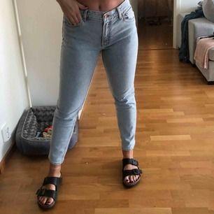 Momjeans från H&M! Storlek 42 men känns betydligt mindre på 🖤 Säljes pga fel storlek