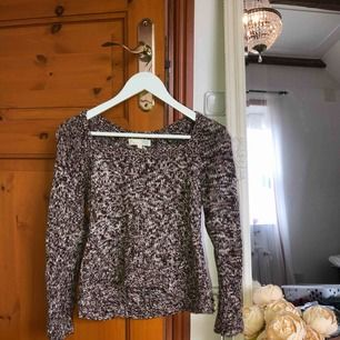 En jätte söt Odd Molly stickad tröja med en fin detalj där bak (se sista bilden). Säljer då jag inte har den stilen längre! Köpare står för frakten❤️