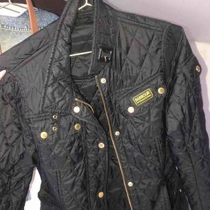 Säljer nu min svarta barbour jacka. Super skön och perfekt till höstväder.