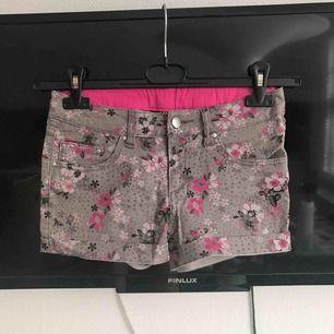 Blommiga shorts från H&M's barnavdelning