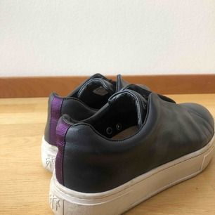 Sneakers utan snörning från eytys i en mörkblå färg💙 strl. 41! Priset är inkl. frakt