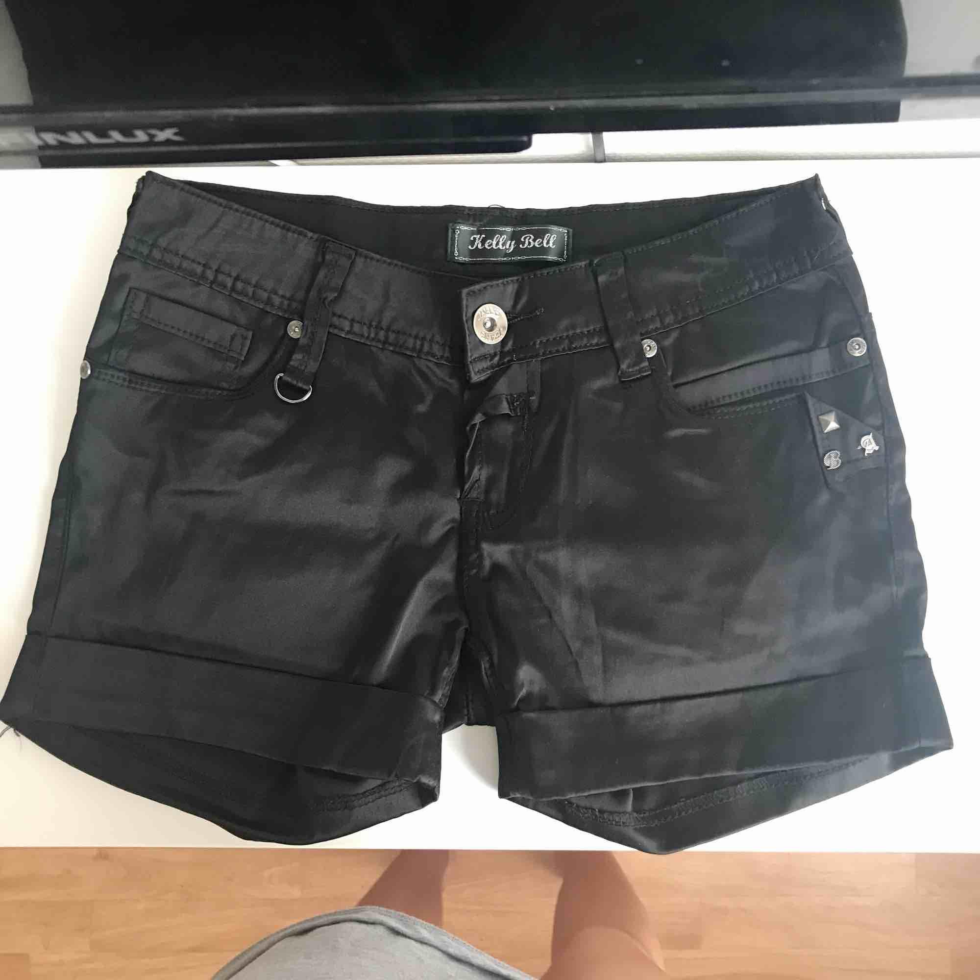 Svarta satinshorts. Shorts.