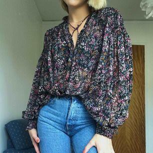 Söt blommig blus från Zara med vida ärmar. Går att knäppa hela vägen upp eller knäppa upp helt och använda som en öppen blus över ett linne etc. frakt tillkommer
