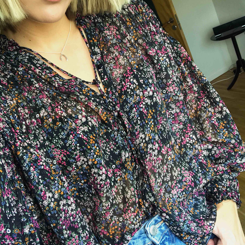 Söt blommig blus från Zara med vida ärmar. Går att knäppa hela vägen upp eller knäppa upp helt och använda som en öppen blus över ett linne etc. frakt tillkommer. Blusar.