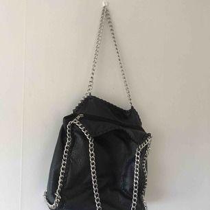 Stilren väska i skinn immitation, köpt på scorett. Frakt tillkommer