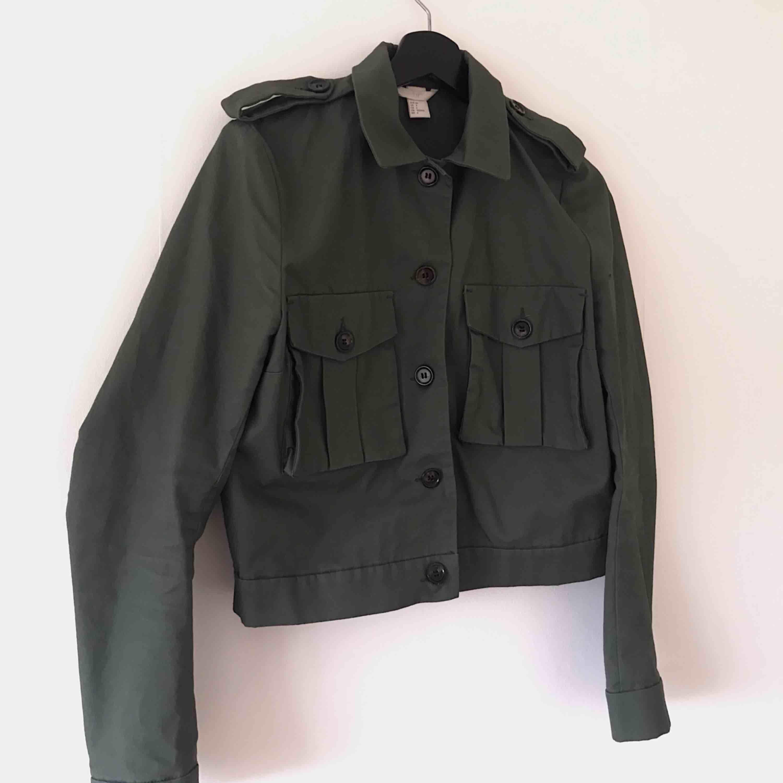 Trendig militärfärgad kortare jacka med lite puffiga ärmar, använd fåtal gånger. Frakt tillkommer . Jackor.