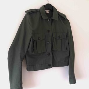 Trendig militärfärgad kortare jacka med lite puffiga ärmar, använd fåtal gånger. Frakt tillkommer