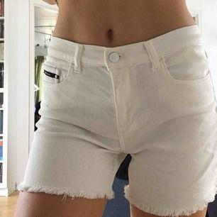 Säljer dessa skitnsygga vita shortsen ifrån Calvin Klein. OANVÄNDA . Ej kommit till användning. köparen står för frakt, fraktpris är olika beronde på om du vill ha spårbar eller ej, skriv för info🌸🌸🌸