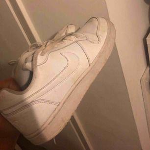 Ett par vita Nike skor dom är i bra sick och inte så smutsiga 👍🏼
