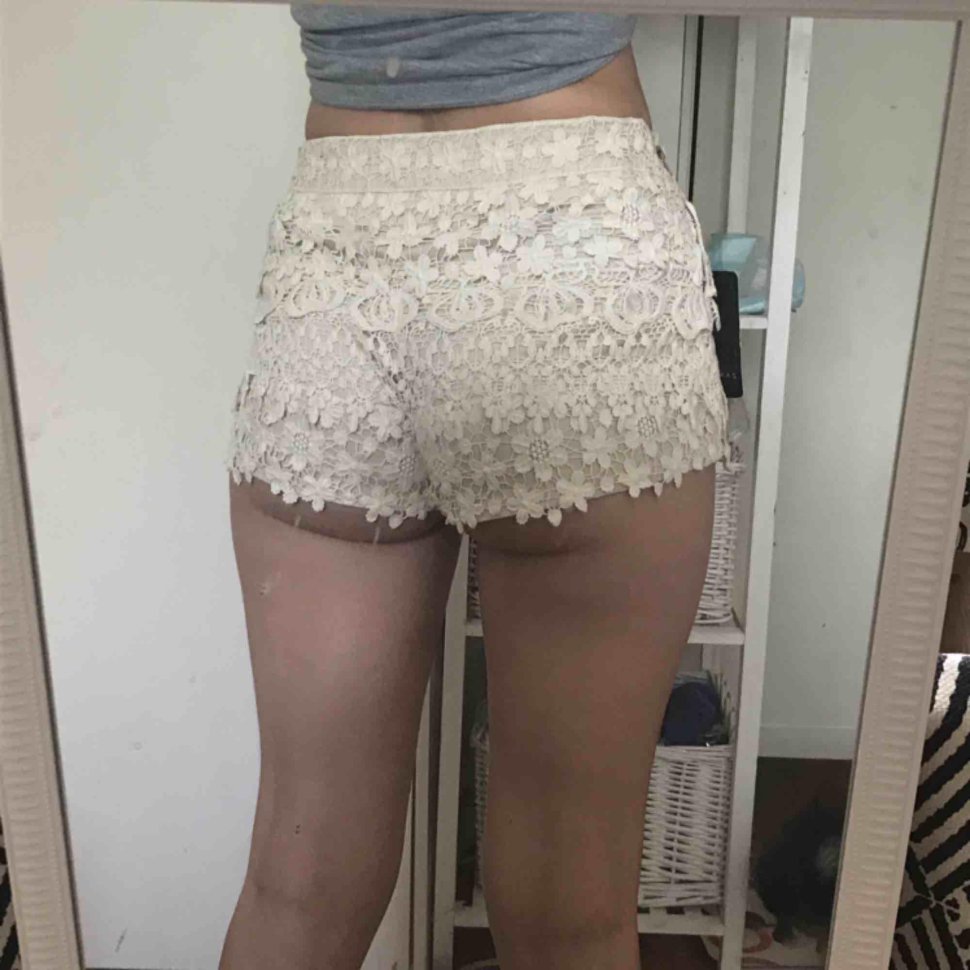 Fina spetsshorts från Zara. Nya med lappar kvar! Kan inte ha dem pga för stor rumpa 😂. Shorts.