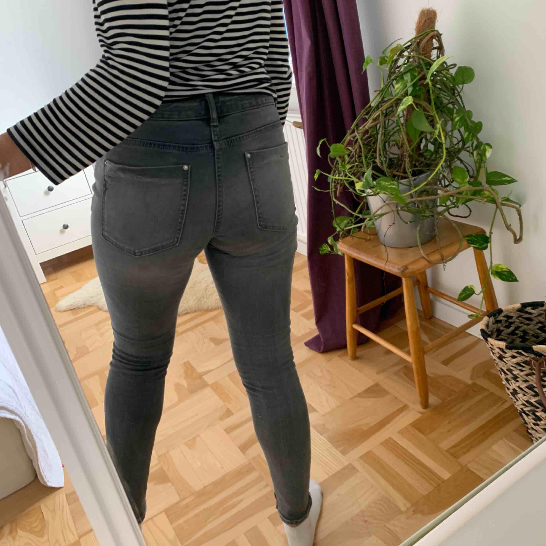 Supersnygga gråa jeans från Zara i storlek 36. Använda 2 gånger. Köptes för ca 1 månad sedan & använt de vid två tillfällen. Frakt tillkommer. Jeans & Byxor.