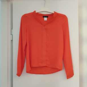 Jättefin vävd blus i snyggaste färgen orange. Subtilt, men snygga, glittertrådar i v-ringningen och nedåt framtill. I handlar i Frankrike. Aldrig använd. Kommer från djur- och rökfritt hem.  Köparen står för frakten (c:a 42 SEK)