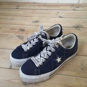 Säljer mina Converse x mademe skor. Köpt för 1200kr men dem är i begagnat skick därav priset. Lite smutsiga på vissa ställen annars har dem inga fel!! Frakt pris kan diskuteras 🌸