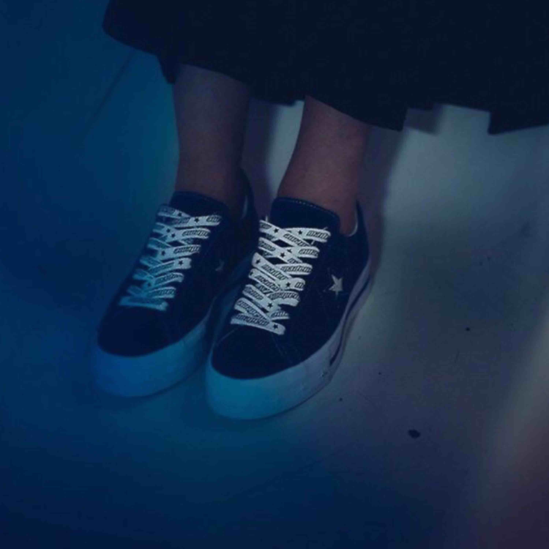 Säljer mina Converse x mademe skor. Köpt för 1200kr men dem är i begagnat skick därav priset. Lite smutsiga på vissa ställen annars har dem inga fel!! Frakt pris kan diskuteras 🌸. Skor.