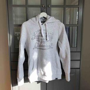 Säljer min SuperDry hoodie i grå/vit. Köpt för 399kr. Den är oversized och väldigt mysig att ha på sig! köparen står för fraktkostander :)