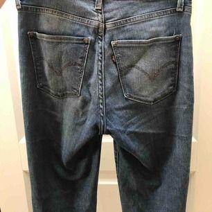 Ett par High Rise Skinny Levis byxor i mycket bra skick. Sälje pga för små. Frakt tillkommer.
