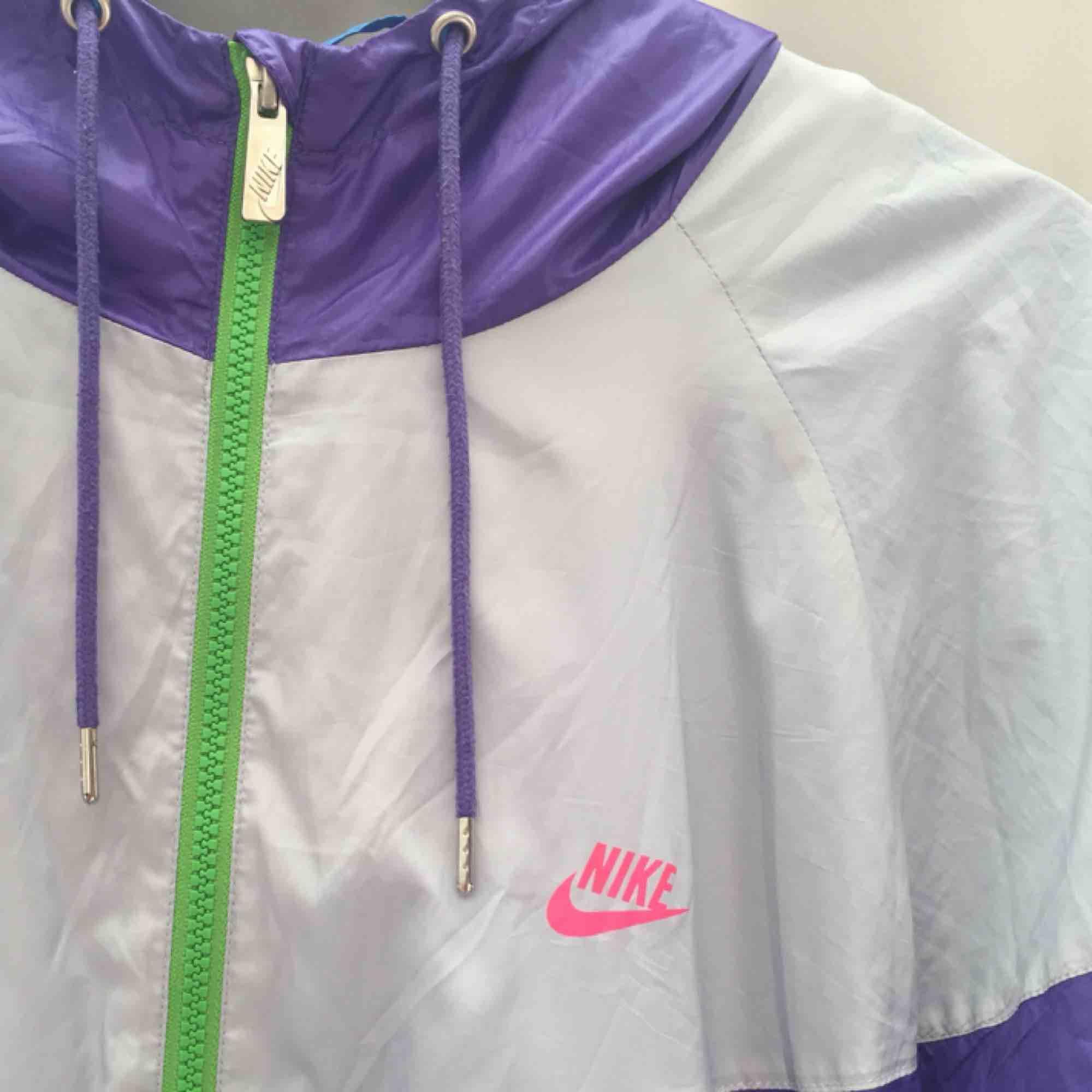 En jätte cool och unik vindjacka från Nike, väldigt vintage och as snygg oversized. Har ett litet hål/reva bak men det syns knappt när man viker upp jackan.  Passar absolut både tjej och kille lika bra!. Jackor.