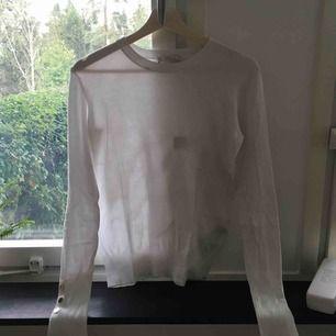 En tröja från zara använd några gånger, i gott skick förutom en liten fläck soja på en armen