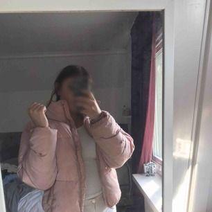 200kr inklusive frakt för snygg vinterjacka i rosa från Cubus ! Bra skick ! Kan diskutera pris ! Billigare vid snabb affär