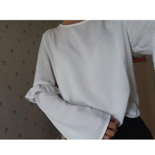 Superfin blus med vida ärmar från Only, önskas fler bilder så skriv gärna 💛