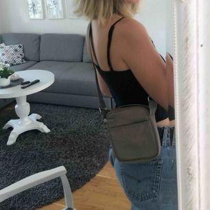Så fin väska från Weekday, använd en gång. Bandet går att justera längre eller kortare!