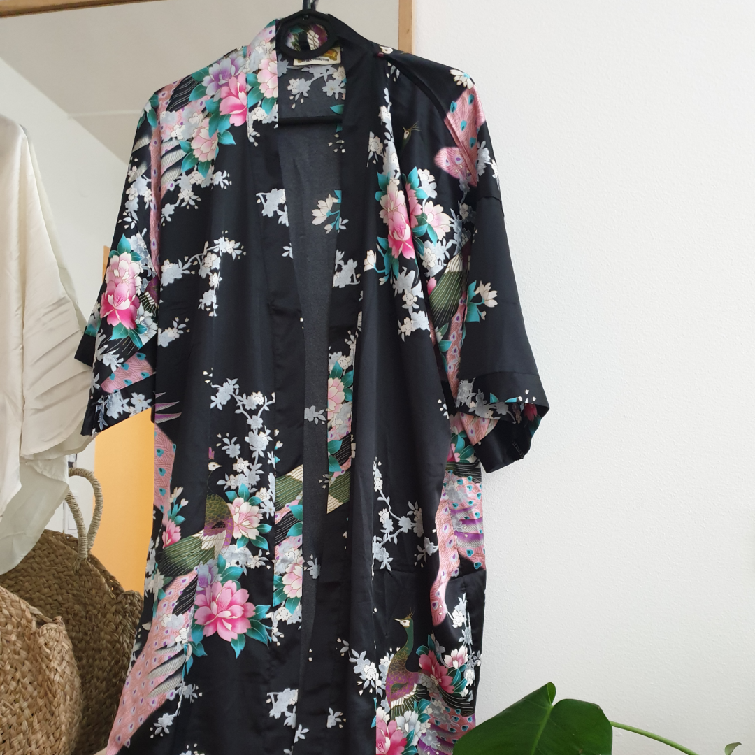 Vacker svart mönstrad kimono. Japansk inspirerad. så fint att hänga upp och inreda med om man inte ska använda den! silkes. 120cm lång! ingen storlek men passar från S-L skulle jag säga. Kan skickas annars finns i malmö. Övrigt.
