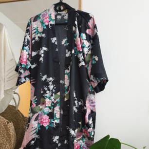 Vacker svart mönstrad kimono. Japansk inspirerad. så fint att hänga upp och inreda med om man inte ska använda den! silkes. 120cm lång! ingen storlek men passar från S-L skulle jag säga. Kan skickas annars finns i malmö