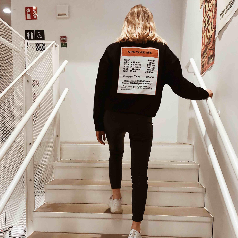 SÅ cool tröja med tryck både fram och bak. Använd 1 gång. Köpare står för frakt! . Tröjor & Koftor.