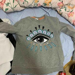 En jätte snygg grå Kenzo tröja/sweatshirt i storleken M, men den är liten i storleken så passar någon i S/Xs också!! Använd max 3 gånger så den är som ny. Kan bli billigare vid snabb affär ⚡️