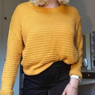 Gul stickad tröja