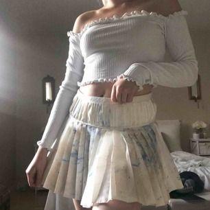 Superfin och söt kjol med vackert mönster och färgklickar. Inte riktigt min stil så kommer tyvärr inte till användning hos mig. Mycket bra skick! Dragkedja på sidan och fina veckningar💗💗