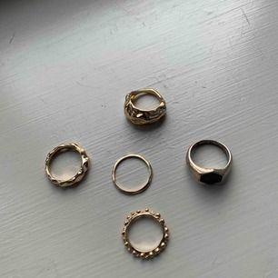 5 jätte fina ringar som jag aldrig använt Jätte bra skick 4 guldiga och en silvrigt rostig med svart sten Du kan en för 13kr styck men få alla för 55