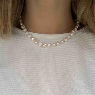 Väldigtcoolt halsband med vita stenar! Säljes pga använder andra halsband mer, typ helt oanvänt:)