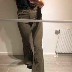 Mörk gröna byxor köpt för 250
