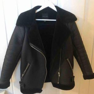 En biker jacket från New Look som köpte i vintras men användes bara några få gånger, extremt bra skick. Köptes för 999:-, Frakten blir 65 kr och då är det spårbart också