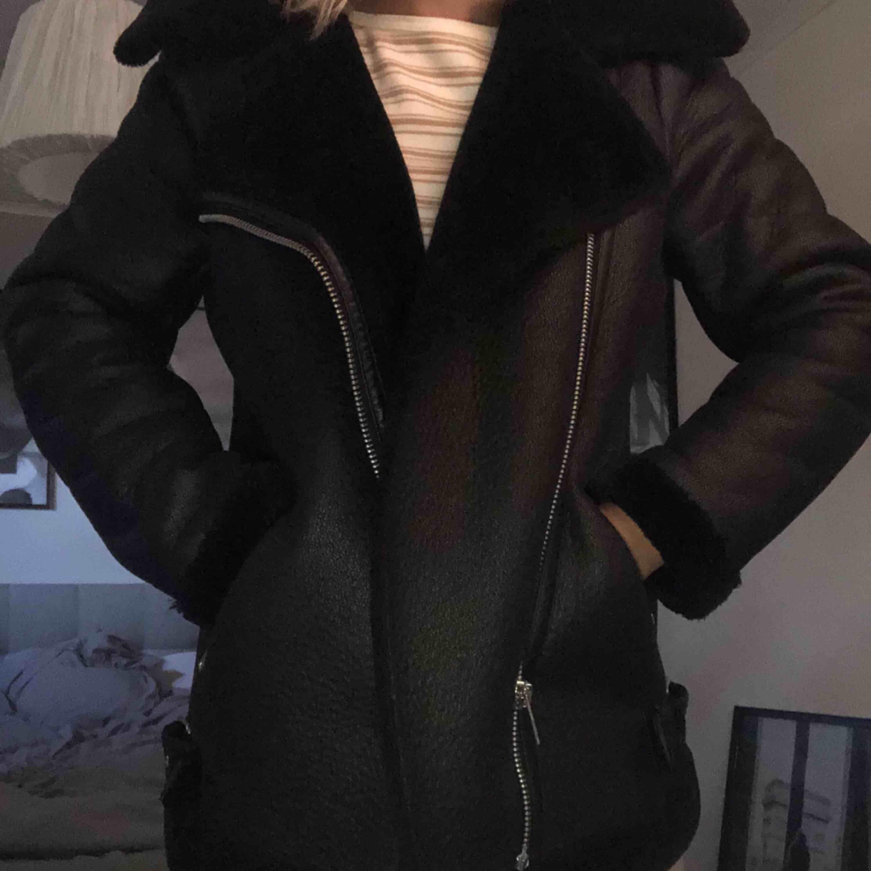 En biker jacket från New Look som köpte i vintras men användes bara några få gånger, extremt bra skick. Köptes för 999:-, Frakten blir 65 kr och då är det spårbart också. Jackor.