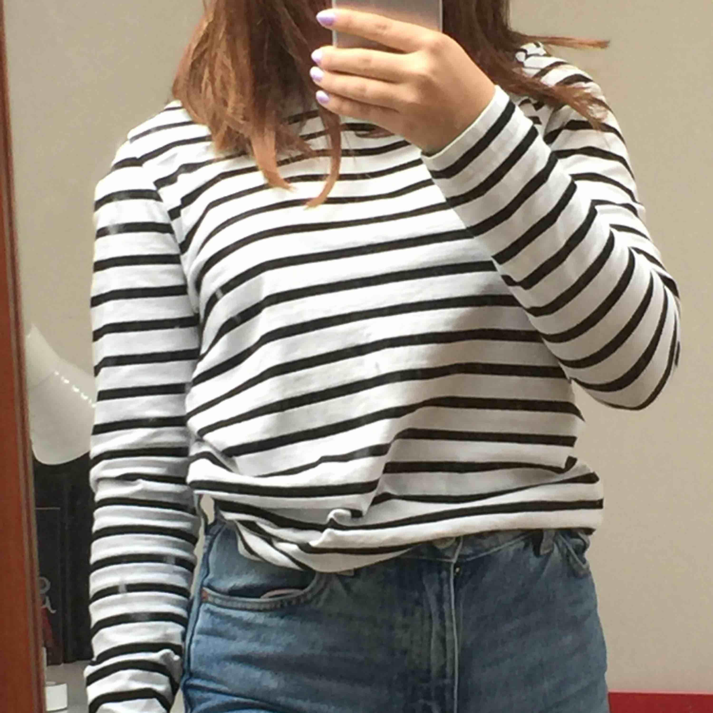Randig tröja från Weekday. Superfin men kommer tyvärr inte till användning :/ 💞💞. Tröjor & Koftor.