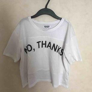 Cool och sportig tröja från cropp. Köpt i Kroatien och har inte sett butiken i Sverige. Mesh uppe och nere och faller så fint på kroppen till ett par byxor eller över en klänning! 🤩