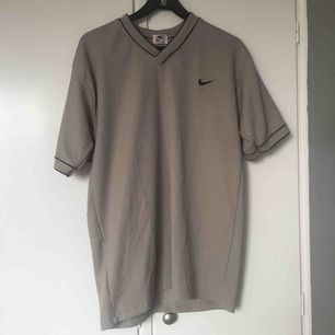 En oversized Nike T-shirt i grå/grön färg.