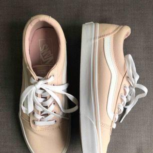helt oanvända typ aprikos färgade vans skor, säljes pga för små. köparen står för frakten - betalning sker via swish⚡️