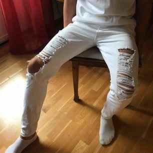 Vita ripped jeans från BooHoo använda max 3 ggr.